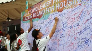 Cambodian youth supporters signing a petition supporting land access for adequate housing