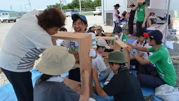 Mami Maruyama making shelves with volunteers in Habitat Japan's 2016 earthquake response in Kumamoto