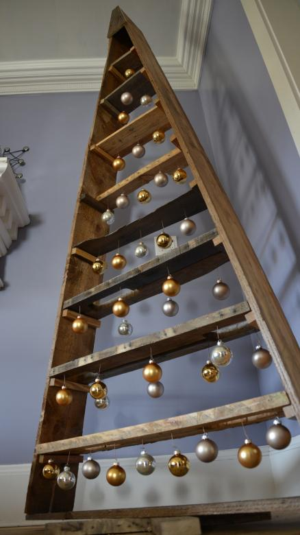 We made a DIY pallet Christmas tree